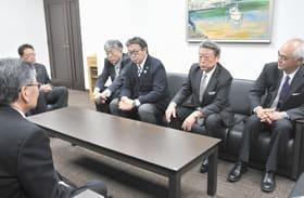 室民本社で抱負を語る赤沼社長(右から2人目)ら川近幹部