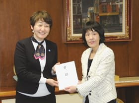 高橋知事に目録を手渡す小松社長(左)