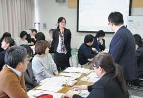 コミュニケーションを大切にした外国語活動の授業づくりを紹介する堀さん(中央)