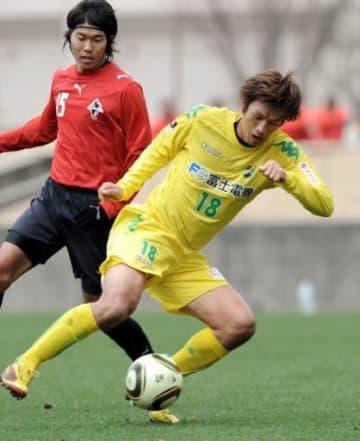 ロアッソ熊本との練習試合でプレーする千葉時代の巻誠一郎(右)=2010年2月、大津町運動公園球技場(小野宏明)ロアッソと対戦