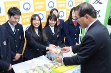 協力し六次化商品販売 沖縄・八重山農林高生が小野高を訪問