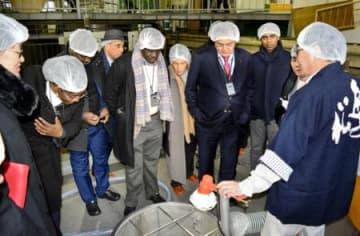 駐日外交団、福島県内を視察 医療機器開発、酒造り理解