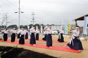 益城町のテクノ仮設団地で、白虎隊剣舞を披露する福島県の子どもたち=同町