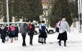 3学期が始まり、生徒は次々と仮設校舎に登校した