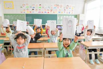 3学期の目当てを発表する児童=15日午前10時ごろ、八戸市立白銀南小