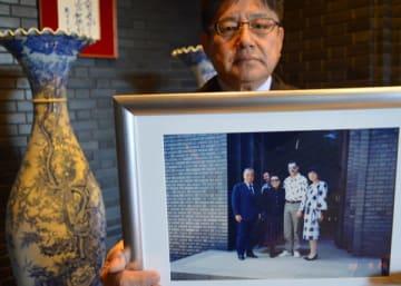 栗田美術館にフレディが来館した際の写真。栗田館長は「誇らしい」と話す=9日午後、足利市駒場町