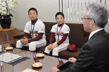 桜田市長(右)に優勝を報告する(左から)山田君、工藤君