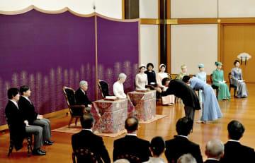 天皇、皇后両陛下、皇族方が出席されて行われた「歌会始の儀」=16日午前、宮殿・松の間(代表撮影)