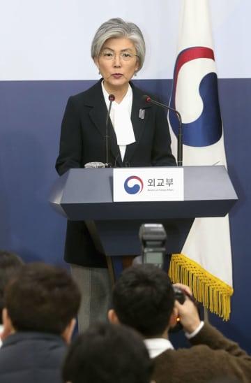 16日、ソウルの外務省で記者会見する韓国の康京和外相(聯合=共同)