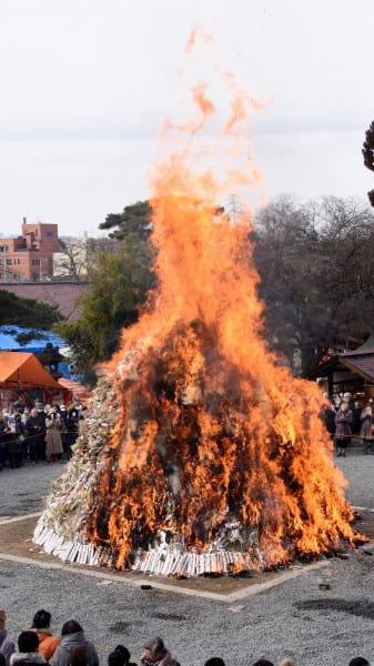 燃えさかる炎に無病息災と家内安全を願った盛岡八幡宮のどんと祭