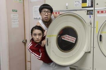 連続ドラマ「私のおじさん~WATAOJI~」に出演するひょっこりはんさん(上)と岡田結実さん=テレビ朝日提供