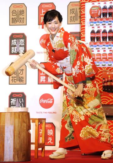 日本コカ・コーラの「福ボトル」PRイベントに登場した綾瀬はるか=16日、東京都内