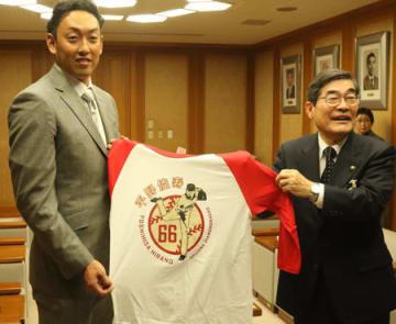 山本市長(右)に、球団オリジナルTシャツを手渡す平野さん=宇治市役所