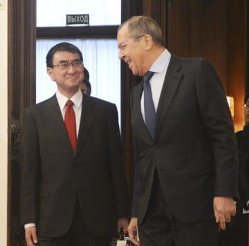 ロシアのラブロフ外相(右)と河野外相=14日、モスクワ(共同)