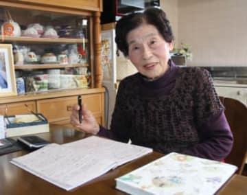 佳作に選ばれ喜ぶ富永美江子さん。「一番落ち着く」という台所で作り続けている=大分市丹川