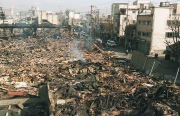 震度7の揺れと大規模火災によって、一面焼け野原になった阪神大震災の被災地=1995年1月、神戸市長田区