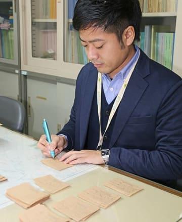 【ふるさと納税の寄付者に対し、感謝の気持ちをカードに書く市職員(和歌山県田辺市役所で)】