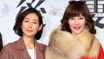 連続ドラマ「後妻業」の制作会見に登場した木村多江さん(左)と木村佳乃さん