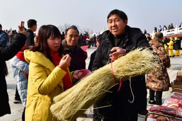 貧困村で年越し用品の展示即売会開催 河南省魯山県