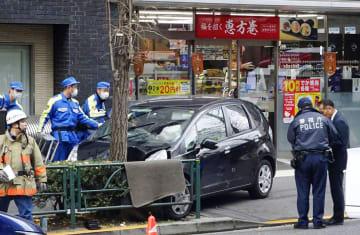 歩道に乗り上げ、通行人をはねた車=16日午後2時35分ごろ、東京都渋谷区