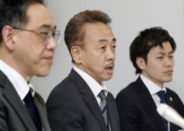 記者会見する原告の河野英司さん(中央)=16日午後、大阪市の大阪司法記者クラブ