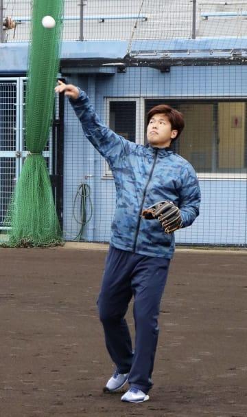 キャッチボールするロッテの中村=沖縄県恩納村