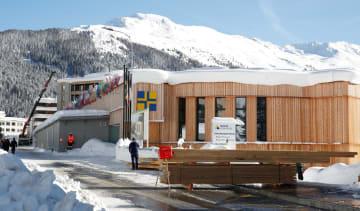 雪に覆われた世界経済フォーラム(WEF)の年次総会(ダボス会議)の会場=15日、ダボス(ロイター=共同)