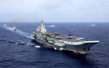 中国軍の空母=18年4月、太平洋沖(ロイター=共同)