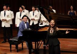 大江千里さんのピアノ伴奏に合わせ、「上を向いて歩こう」を熱唱する八神純子さん(右手前)ら=兵庫県立芸術文化センター(撮影・冨居雅人)