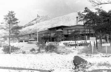 冠雪した韓国岳と、えびの高原開発の中核を担った霧島高原ホテル=1959年1月