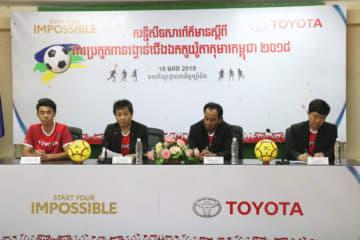 サッカー大会開催について記者会見するトヨタカンボジアの幹部ら=16日、プノンペン(NNA撮影)