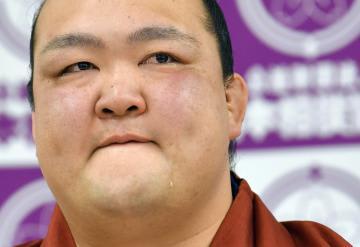 現役引退の記者会見で涙を流す横綱稀勢の里=16日午後、東京・両国国技館の相撲教習所
