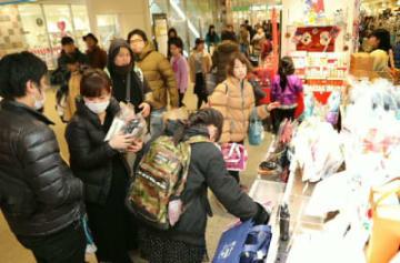 福袋を買い求める買い物客ら=1日、大分市のアミュプラザおおいた