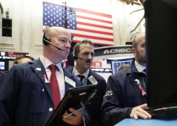 ニューヨーク証券取引所のトレーダーたち=16日(UPI=共同)