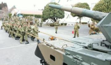 戦車との綱引きに挑戦する新成人隊員ら=16日、玖珠町