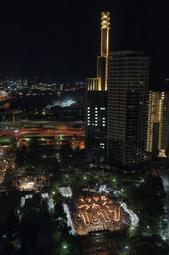 「1995 つなぐ 1.17」と浮かび上がった竹灯籠=17日午前5時46分、神戸市中央区加納通6、東遊園地(撮影・後藤亮平)