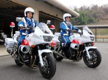 レースを先導する松中さん(左)と山崎さん