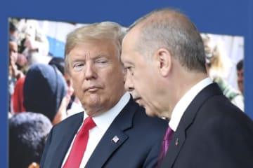 トランプ米大統領(左)と言葉を交わすトルコのエルドアン大統領=2018年7月、ブリュッセル(AP=共同)