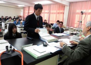 【JGAP審査員の質問に答える生徒ら=伊勢市の明野高校で】