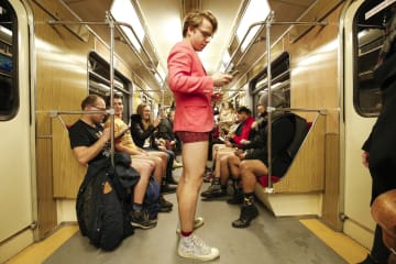 ズボンをはかずに地下鉄に乗るイベント、ポーランドで開催