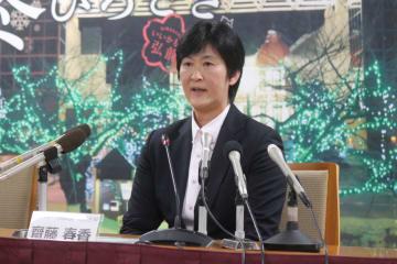 記者会見で「夢や希望与えられた」と話す斎藤さん