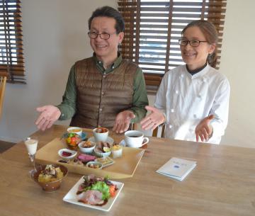 県北ガストロノミー用の料理を紹介するうのしまヴィラ館主の原田実能さん夫妻=日立市東滑川町