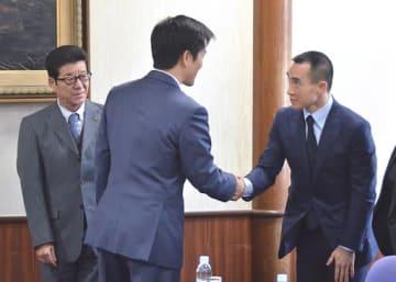 府庁を訪れ、吉村市長(中央)や松井知事(左端)と握手を交わすローレンス・ホー氏=16日、府庁