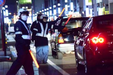 飲酒検問をする千葉中央署員ら=10日深夜、千葉市中央区