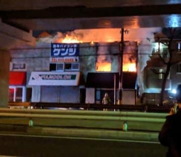 炎を上げて燃えるアパート(17日午前5時37分、読者提供)