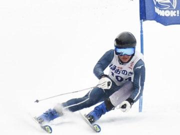 上半身と下半身がうまく連動した滑りで男子大回転を2連覇した新谷翔也=ほおのき平