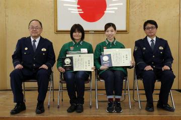 感謝状を手にする森田萬美さん(左から2人目)と礼さん(同3人目)=佐世保署