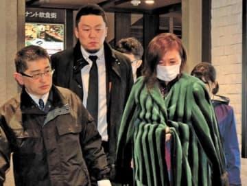 捜査員に連行される小林容疑者(右)=16日午後11時20分ごろ、仙台市青葉区国分町2丁目