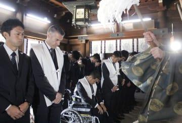 佐賀県の佐嘉神社で必勝を祈願するJ1鳥栖のカレーラス新監督(左から2人目)ら=17日