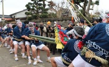 2本の竹を威勢よく引き合った「青海の竹のからかい」=15日、糸魚川市青海